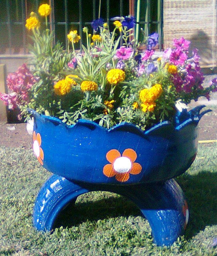 Reciclandote macetas con neumaticos en deshuso for Decoracion jardin con neumaticos