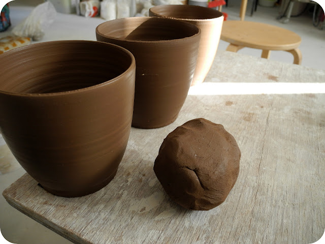 dark brown stoneware claybody mugs