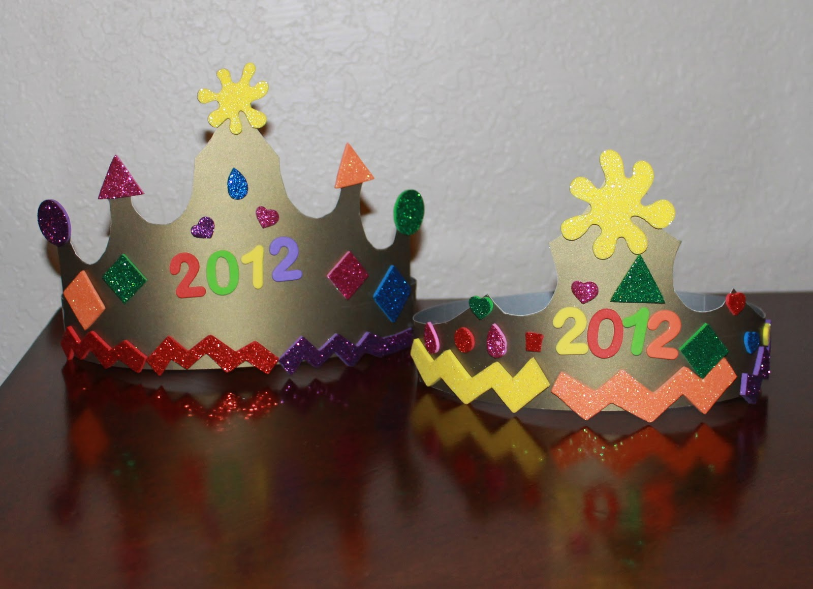 mom to 2 posh lil divas easy new years noise makers party crowns