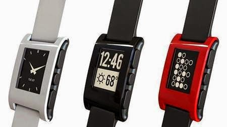 Tres de los 5 colores disponibles del Smartwatch Pebble.