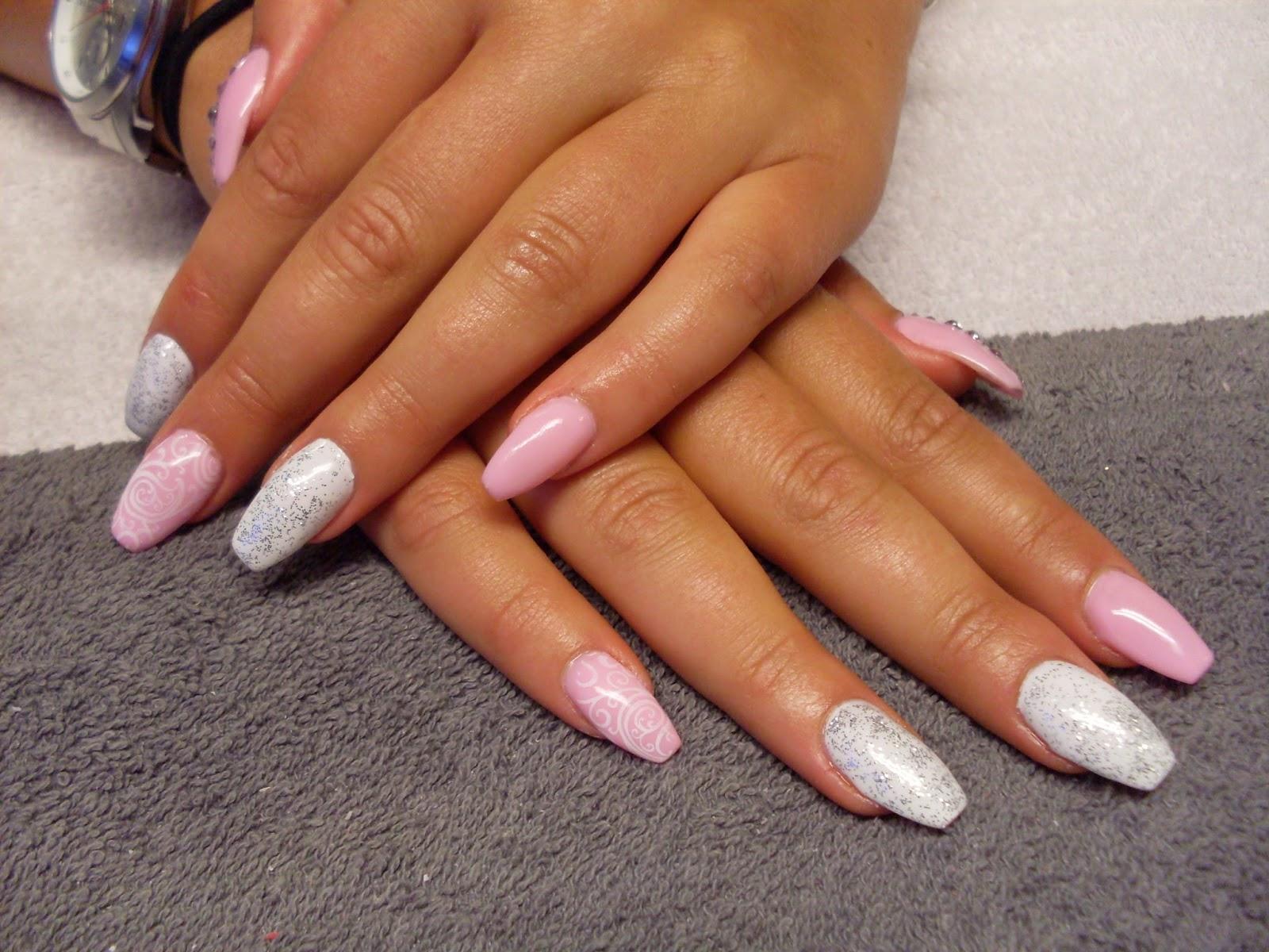 rosa naglar med glitter