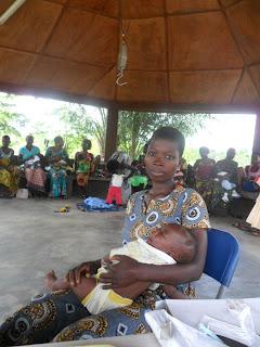 Bambino appena nato in Togo che ha bisogno di vaccini