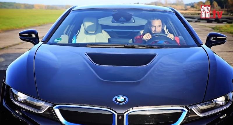 【動画】勝つのはどっち?BMW M4とi8のドラッグレース対決!