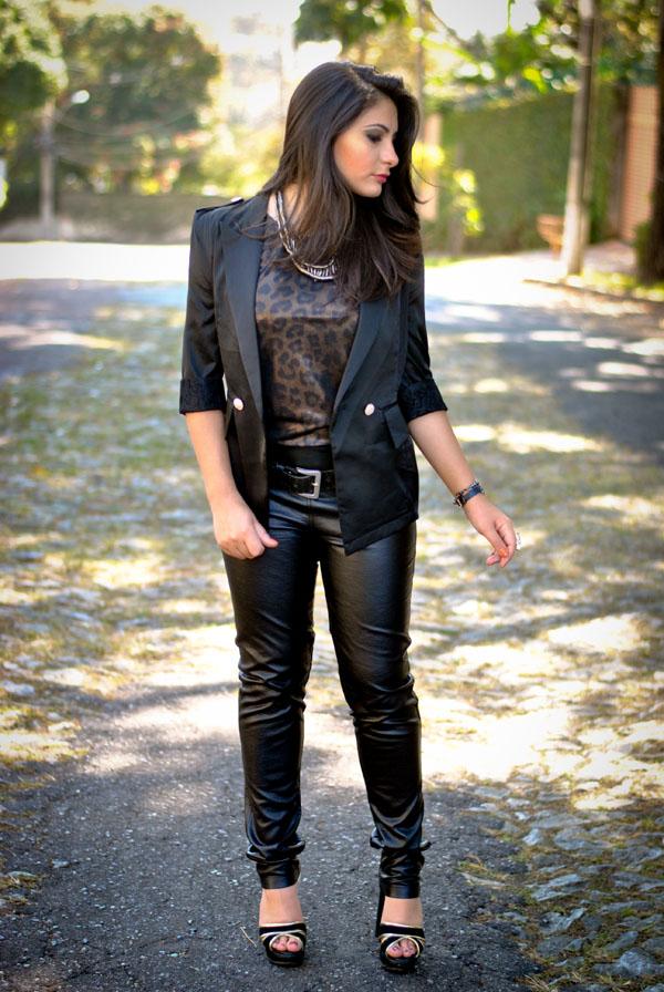 look rock - calça de couro - streetstyle - blazer preto - mulher morena - cabelo preto liso