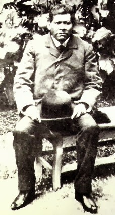 Ignacio Manuel Altamirano sentado en un banco