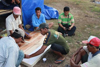 Kegiatan pembuatan plang program di Lewintana