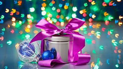 Fondo navideño con esferas y luces de colores