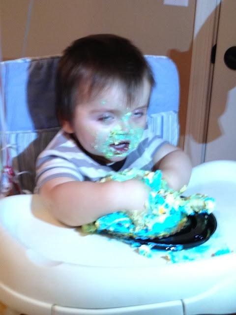Bebê despedaçando bolo.