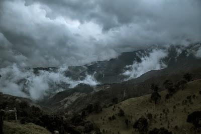 Montañas nubladas en la cordillera de los Andes, Colombia