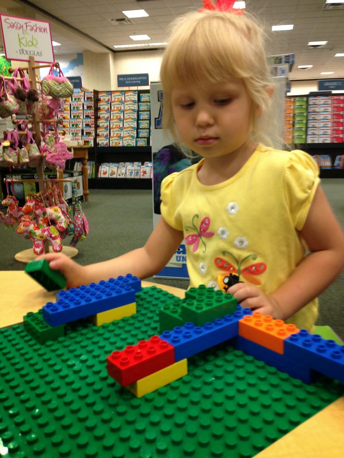 Красивая девушка развлекается со своей любимой игрушкой фото 128-752