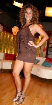 Pamela Mármol con hermoso vestido marrón