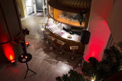 A gauche du bar, la cheminée qui apporte une atmosphère chaleureuse à votre sortie d'entreprise.