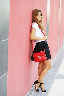http://2.bp.blogspot.com/-qlRViKnT8ZU/UfP8QfOBuSI/AAAAAAAAKc0/s8tNjpn3Itk/s1600/look-fashion_street_style-look-smile-style_lovely-falda_plisada_negra-sandalias_negras-bolso_rojo-melena_ondas_al_agua-a_trendy_lifeIMG_1469.JPG