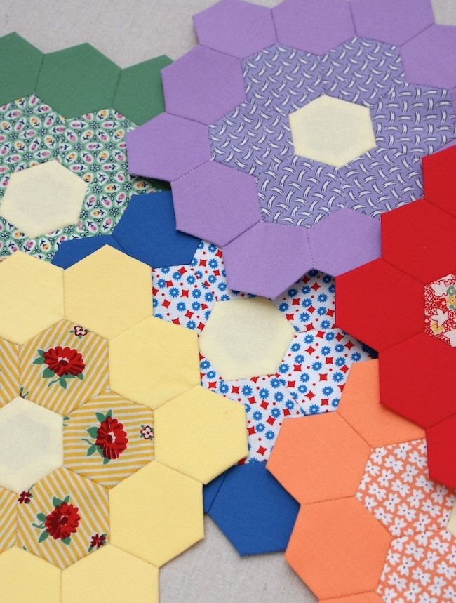 http://2.bp.blogspot.com/-qlidYkt51hc/VXmtiLi-6fI/AAAAAAAAFYQ/k0IGKc6MivE/s1600/hexagon_flowers_EPP_english_paper_piecing.jpg