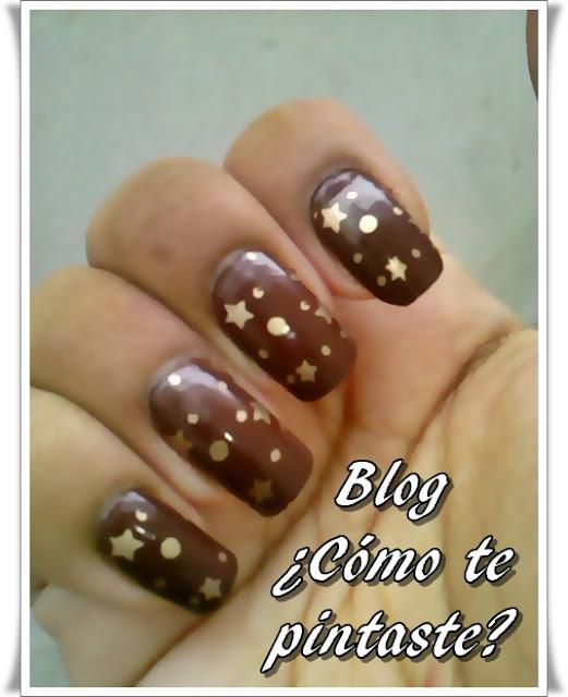 Diseño de uñas marrones con estrellas doradas