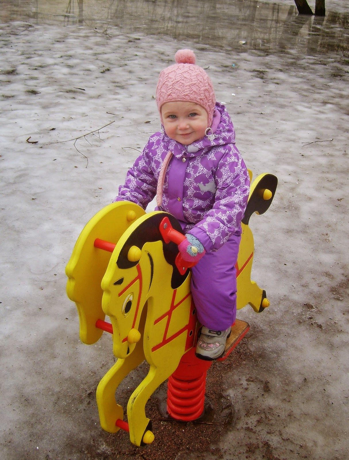 ребенок на прогулке с лошадкой