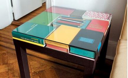 stolik z książek pomysł na stare książki