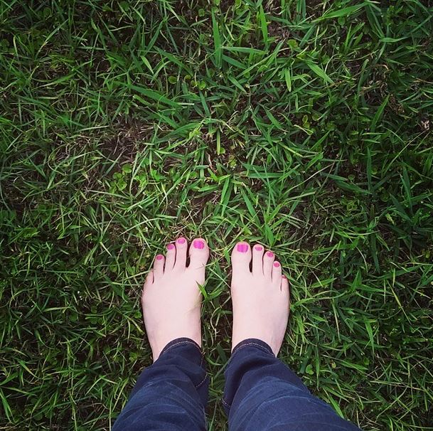 green grass, toes in the grass, outside, painted toes