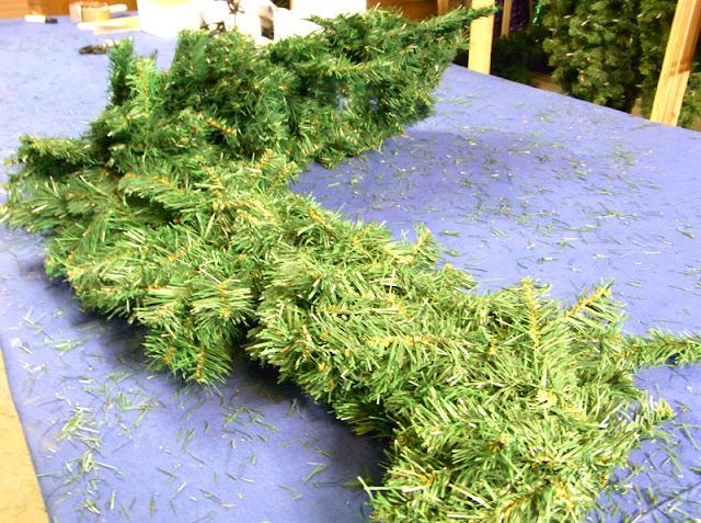 Undekorierte künstliche Weihnachtsgirlande, nach dem Herausholen aus der Verpackung