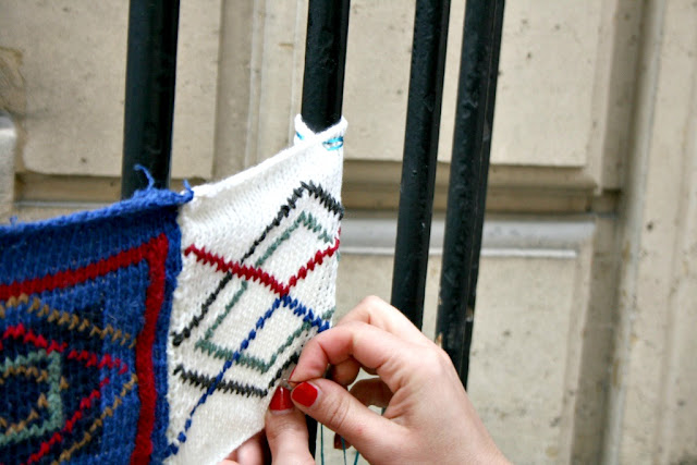 tricot carres yarnbombing knitting julie installe