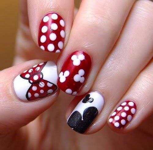 Con negro y rojo podemos combinar lunares, cabecitas de Mickey y moños para crear un diseño de uñas decoradas súper completo y original.