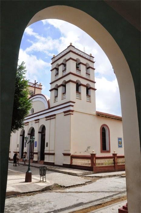 Iglesia Nuestra Señora de la Asunción de Baracoa, en Guantánamo, institución  que atesora La Cruz de La Parra, única de su tipo existentes de las plantadas en toda Cuba por Cristóbal Colón.