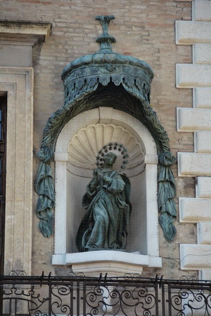 Piazza Cavour Rimini statue