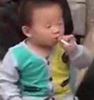 Balita merokok sisha di China