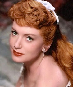 Deborah, pelirroja, elegante y guapa