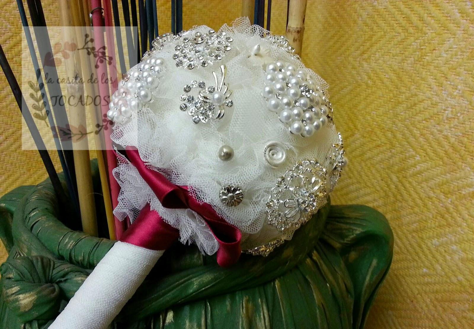 bouquet artesanal para novia en colores blanco y plata con tul, broches y porcelana