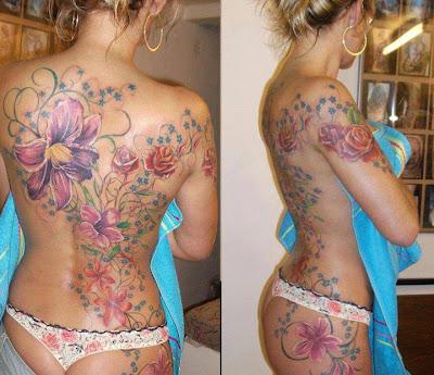 Tatuaje de flores en el cuerpo de una mujer