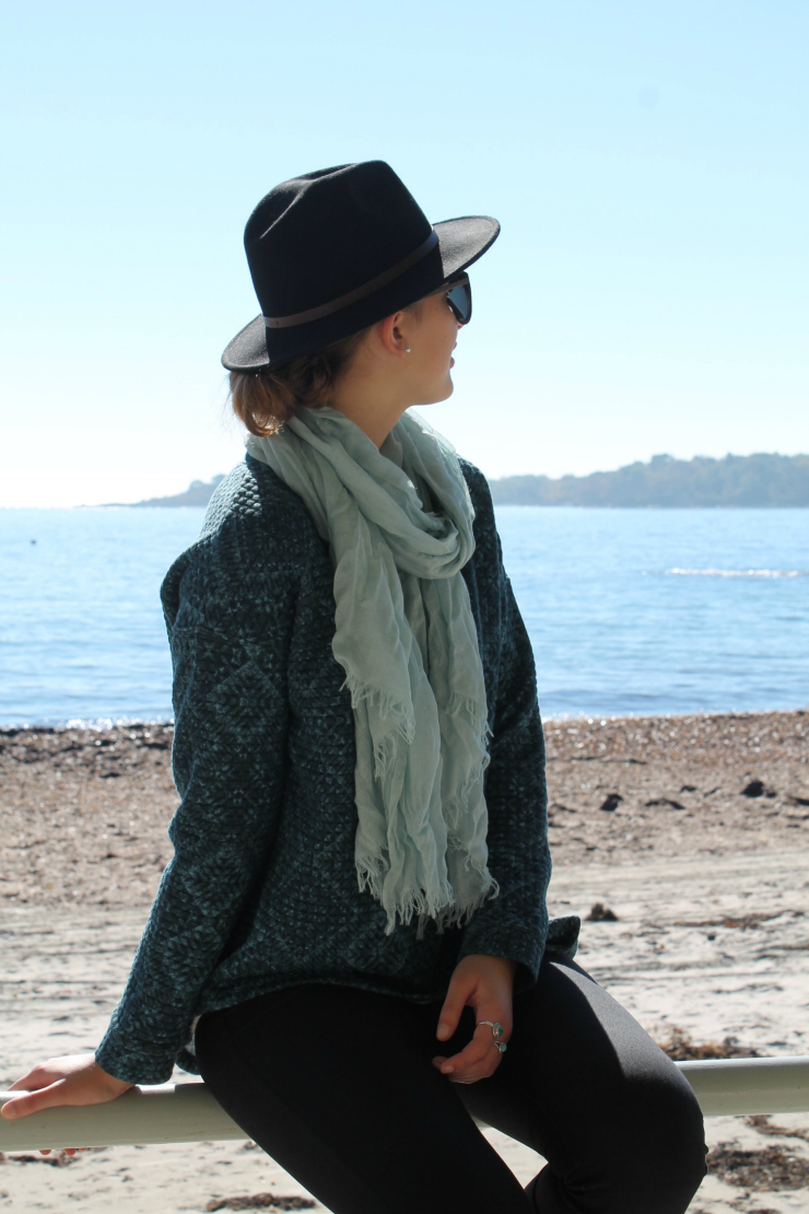 Fall outfit - black hat, H&M printed sweatshirt and turquoise rings