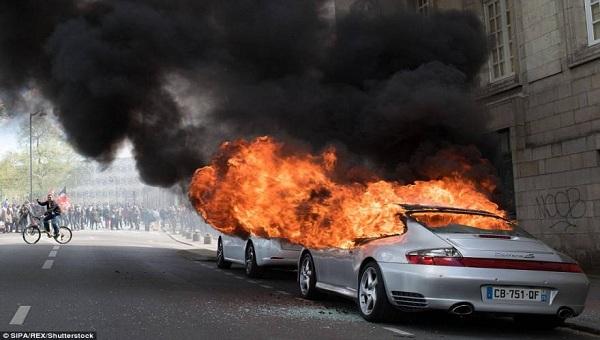 Συγκλονίζεται η Γαλλία από άκρη σε άκρη με πρωτοφανείς ογκώδεις διαδηλώσεις  στην Ελλάδα πάνε για καφέ!