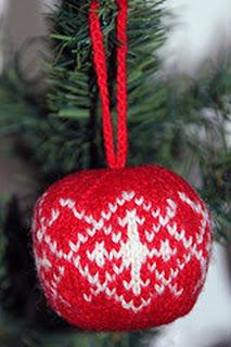 Вязаный шарик на елку