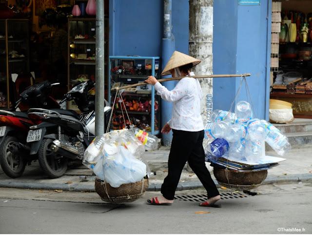 marchande chapeau conique ramasseuse bouteilles plastique Hanoi Vietnam