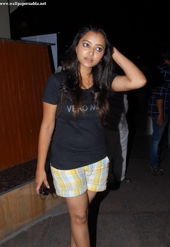 Swetha Basu hot thighs in mini shorts glamour images