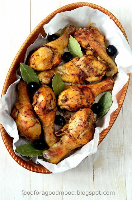 """Tradycyjne i nieskomplikowane danie kuchni Cajun. Kilka oczywistych składników w połączeniu z mieszanką przypraw """"blackened"""" daje zaskakujący efekt. Co więcej, przygotowanie tego kurczaka zajmuje łącznie nie więcej niż 30 min. Opcja idealna do zastosowania w zabieganym tygodniu lub gdy po prostu zabraknie Wam weny do gotowania ;)"""