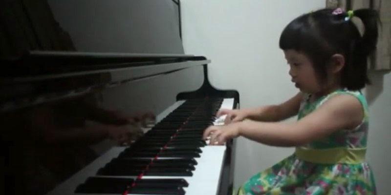 Foto anak perempuan keren bermain piano gemesin banget