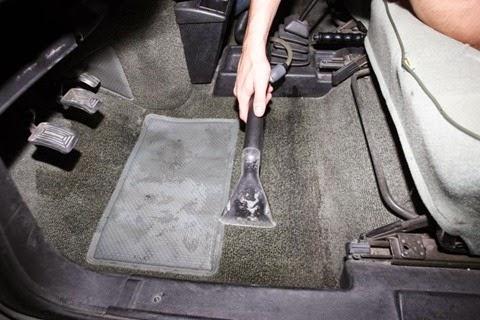Limpiando las alfombras y gomas de tu carro
