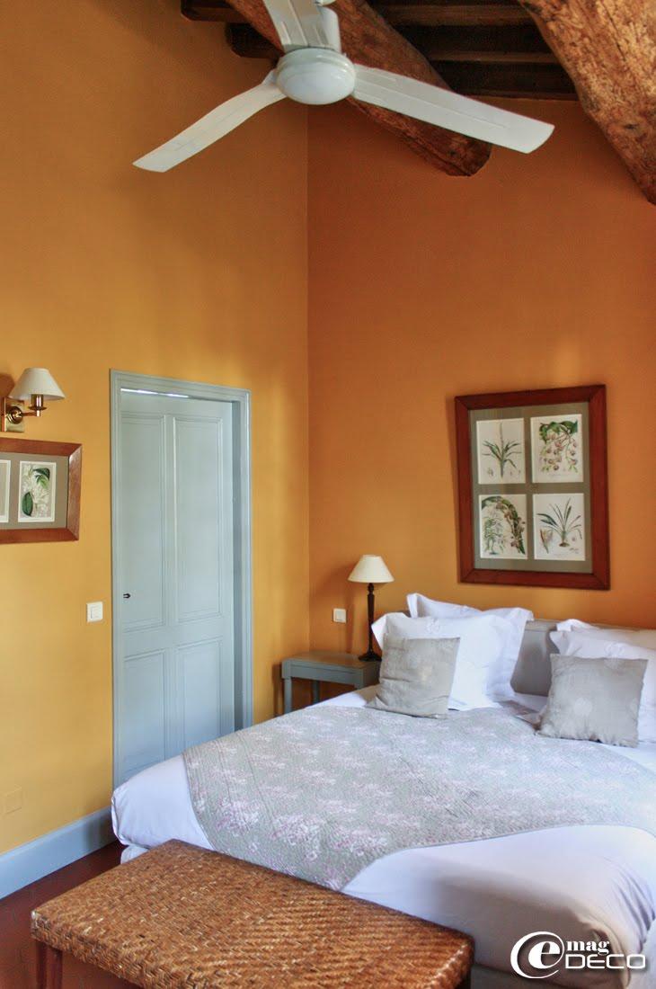 Lit couvert d'un boutis fleuri, table de nuit, création Philippe Hurel, dans l'hôtel Le Mas de Peint en Camargue
