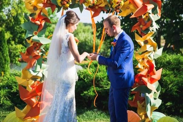 декор свадебной арки бумажными вертушками