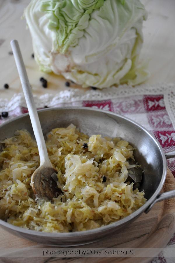 i crauti non sono altro che cavoli capuccio tagliati finemente e lasciati fermentare nel loro acido lattico con questo procedimento di fermentazione