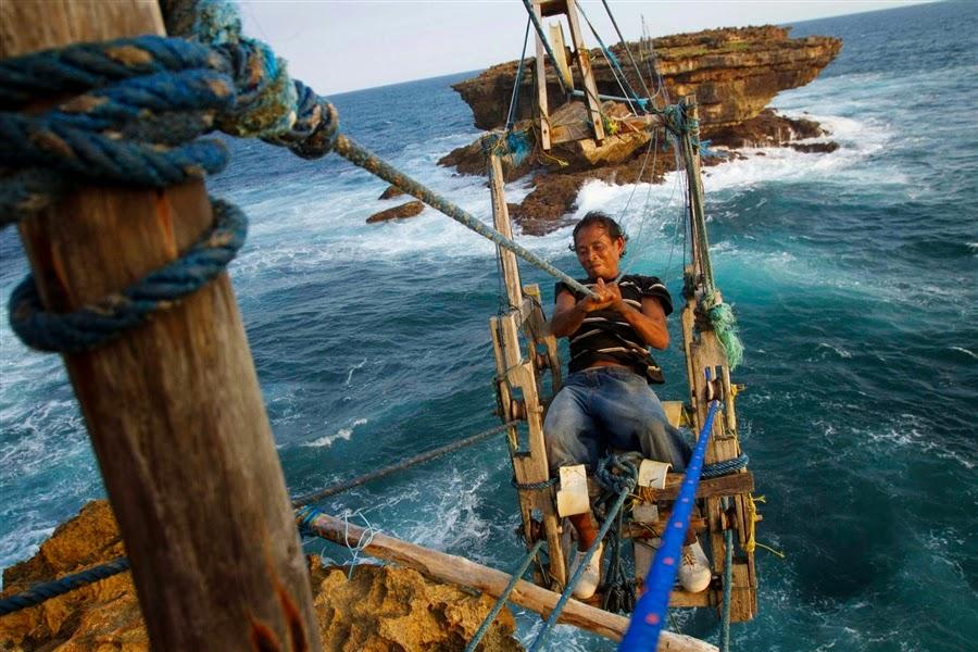 Serunya Meluncur Bersama Gondola Di Pantai Timang