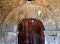 Detall del portal adovellat de la capella de Sant Marçal de Puig-reig