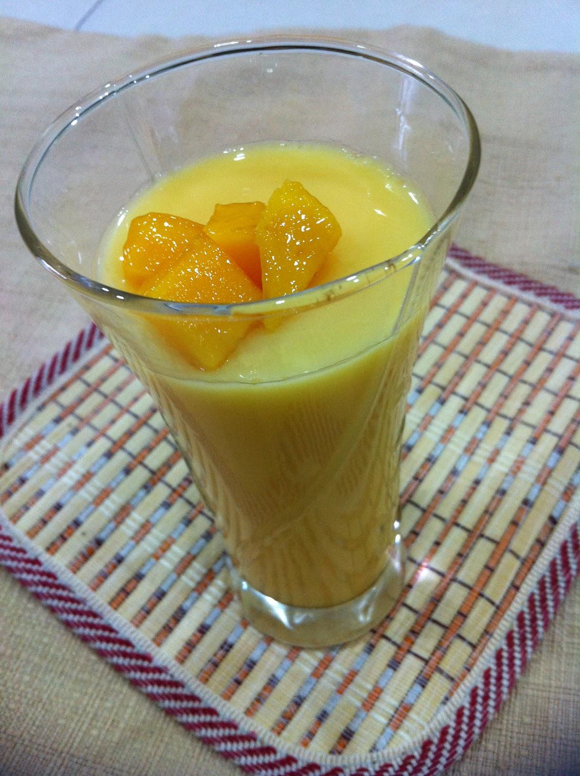 了新的布丁杯,做了这个芒果布丁。现在是芒果季节