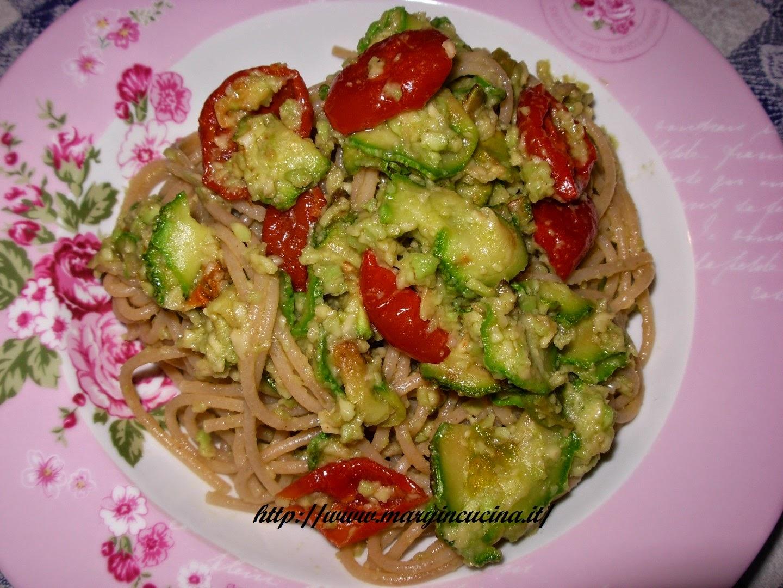 spaghetti con zucchine e crema di avocado