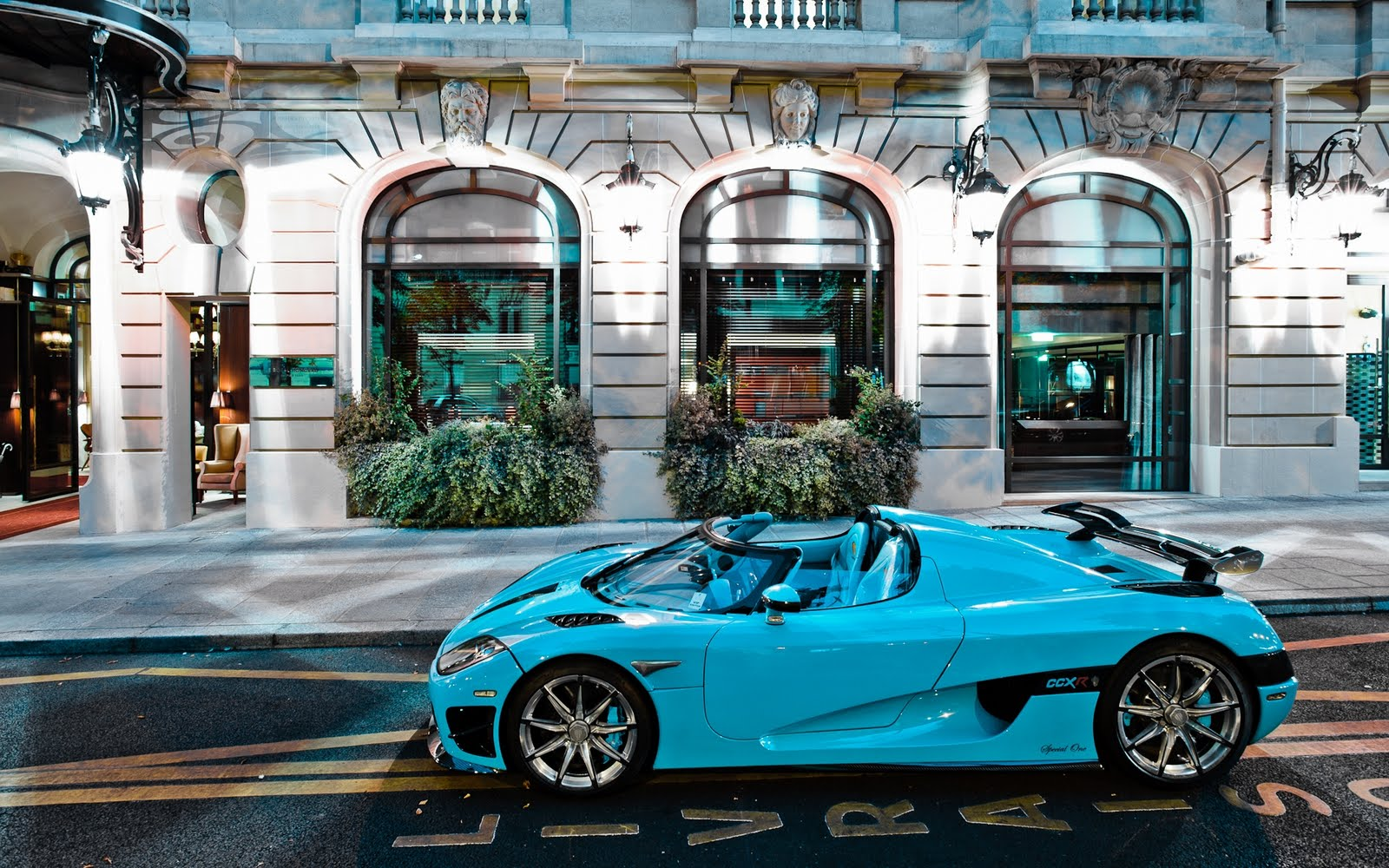 BANCO DE IMÁGENES: Auto deportivo en color azul Koenigsegg CCXR ...