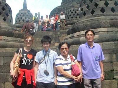Tina Jittaleela mengunjungi candi borodudur indonesia
