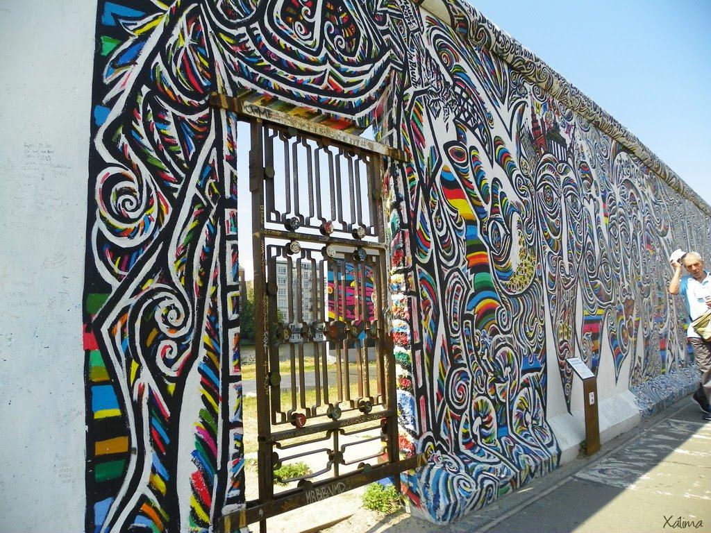 En él está expuesta la East Side Gallery, exposición de graffitis de famosos  pintores de todo el mundo.