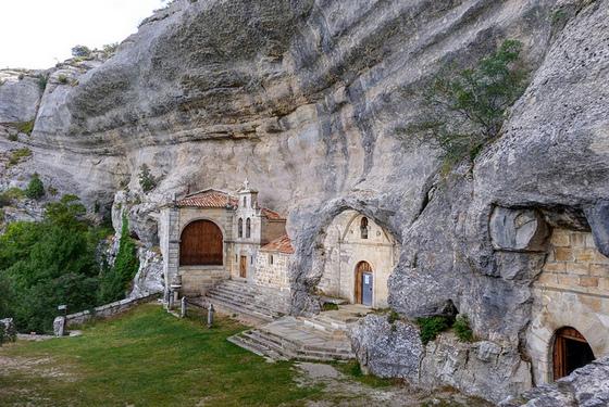 imagen_ojo_guareña_cueva_Burgos_merindad_sotoscueva_ermita_bernabe_entrada_paisaje_roca